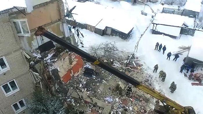 Разбор завалов на месте обрушения жилого дома в городе Юрьевец (22 декабря 2017 года). Фото предоставлено агентству РИА Новости МЧС Российской Федерации