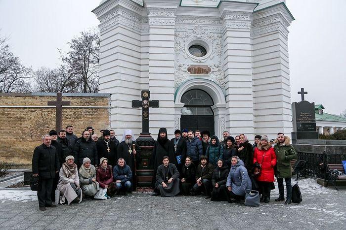 На память о сотрудничестве было сделано общее фото у могилы Митрополита Владимира (Сабодана) / lavra.ua