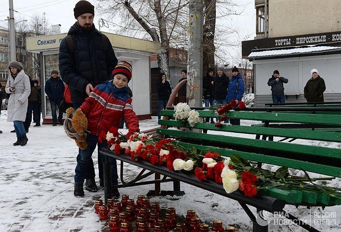 Люди несут цветы, свечи и мягкие игрушки к зданию торгового центра «Зимняя вишня» в Кемерово, где произошел пожар. 26 марта 2018. Фото: РИА Новости / Александр Кряжев
