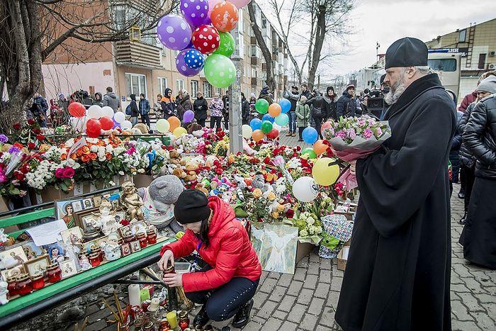 Митрополит Кемеровский и Прокопьевский Аристарх возложил цветы к стихийному мемориалу возле здания сгоревшего торгового центра. Сюда уже более суток кемеровчане несут цветы, детские игрушки и сладости в память о погибших, среди которых – множество детей