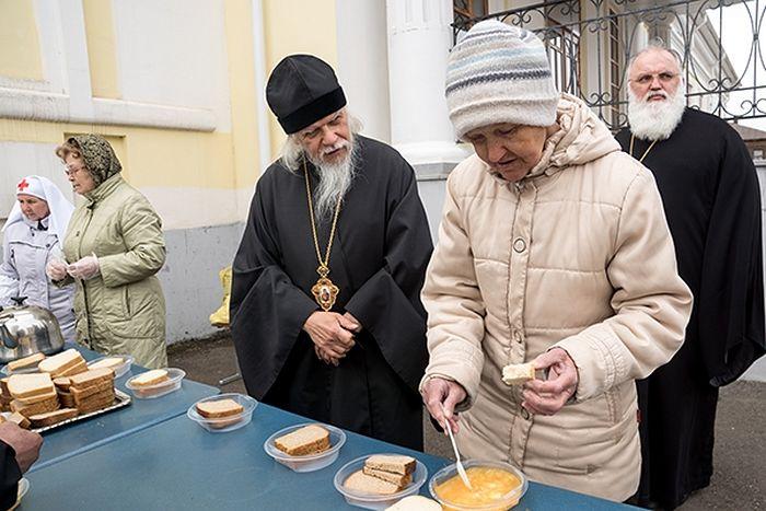 Каждую неделю сестры милосердия кормят бездомных у Покровского собора Сарапула
