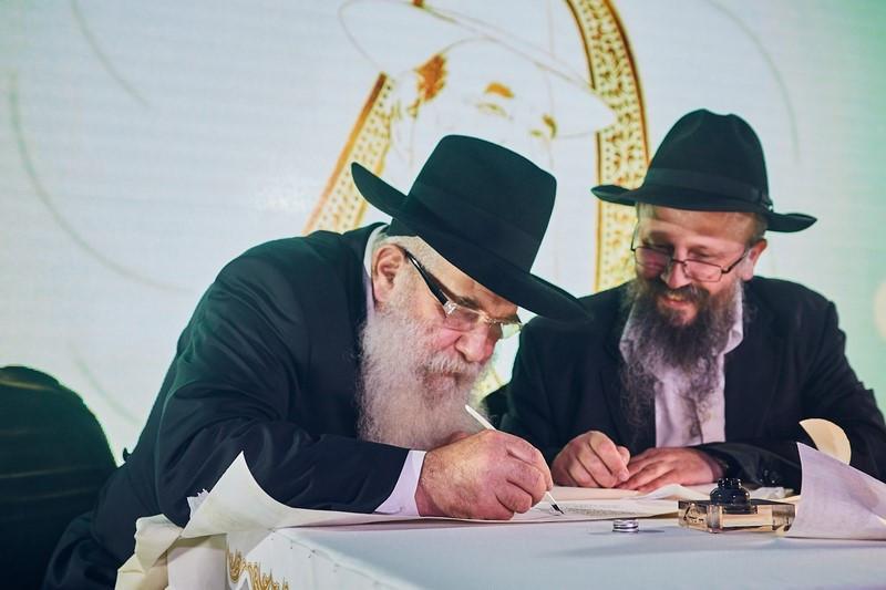 ה'צדיק מלנינגרד' הרב יצחק קוגן כותב את אות בספר תורה המהודר (Copy)