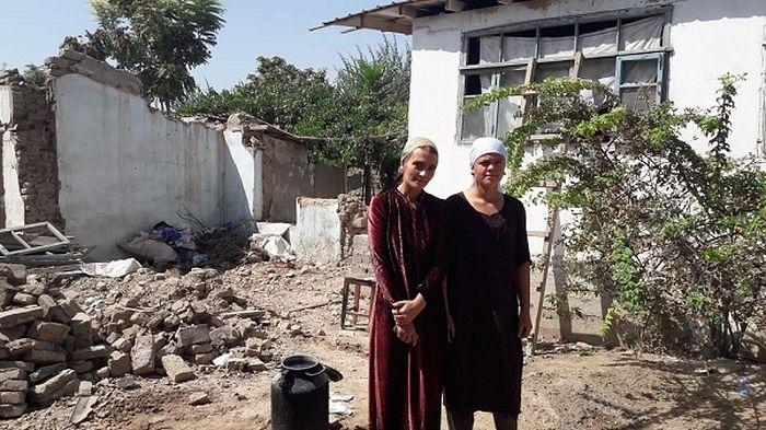 Полуразрушенные дома, в которых живут русские семьи, в Курган-Тюбе