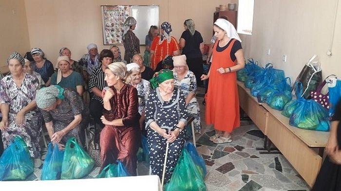 Выдача продуктовых наборов для малоимущих семей в Душанбе