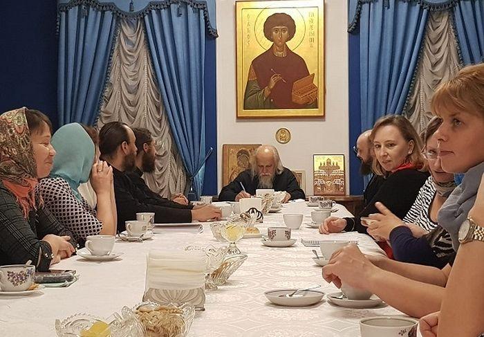 На вопросы учатников стажировки ответил председатель Синодального отдела по благотворительности епископ Пантелеимон