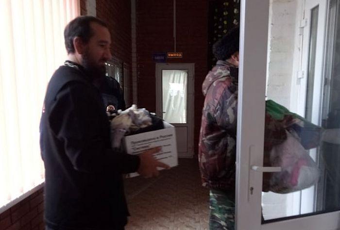 Священники отвозят вещи и продукты в пункты временного размещения