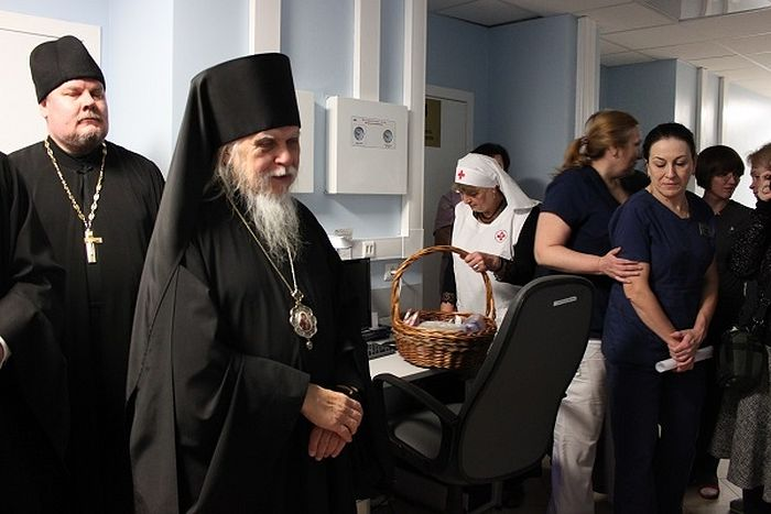 Епископ Пантелеимон побеседовал с персоналом родильного отделения клиники