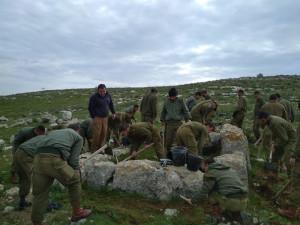 Израильские солдаты на раскопках 2700-летней сторожевой башни Иудейского царства.
