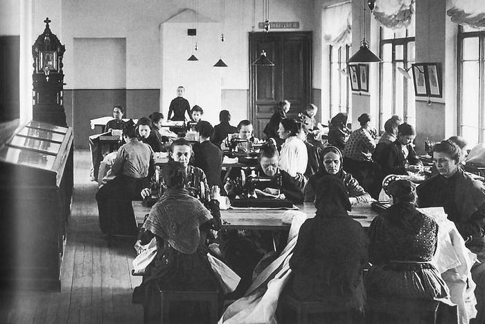 Дом трудолюбия в Кронштадте. Женщины за шитьем в мастерской, ок. 1990 г.